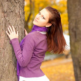 Mujer joven en parque del otoño Fotos de archivo libres de regalías