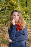 Mujer joven en parque del otoño Imagenes de archivo