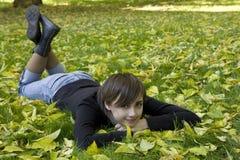 Mujer joven en parque del otoño Foto de archivo libre de regalías