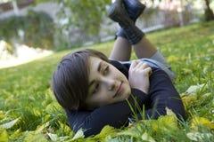 Mujer joven en parque del otoño Imagen de archivo