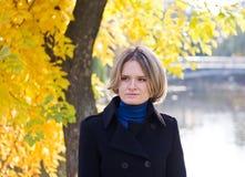 Mujer joven en parque en octubre Fotos de archivo libres de regalías