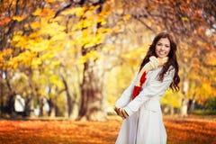 Mujer joven en parque hermoso del otoño Fotos de archivo libres de regalías