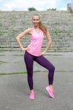 Mujer joven en paseo del estilo sport del deporte en parque de la ciudad en el día soleado después de entrenar Concepto de forma  Fotos de archivo libres de regalías