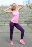 Mujer joven en paseo del estilo sport del deporte en parque de la ciudad en el día soleado después de entrenar Concepto de forma  Foto de archivo libre de regalías