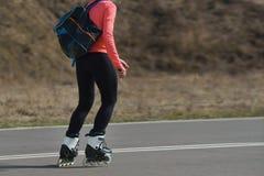 Mujer joven en pcteres de ruedas en buen tiempo Fotos de archivo