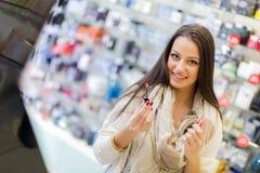 Mujer joven en perfumería imagen de archivo libre de regalías