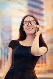 Mujer joven en Phone Out en la ciudad Foto de archivo