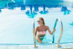 Mujer joven en piscina Imagen de archivo