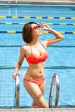 Mujer joven en piscina imágenes de archivo libres de regalías