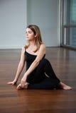 Mujer joven en postura de la yoga Fotografía de archivo