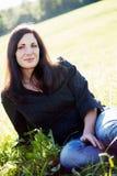 Mujer joven en prado Imagen de archivo libre de regalías
