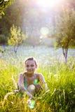 Mujer joven en prado de la hierba   Fotos de archivo