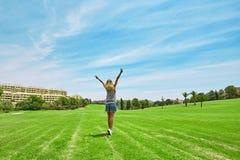 Mujer joven en prado verde Imagen de archivo libre de regalías