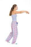 Mujer joven en recorrer de sueño de los pijamas imágenes de archivo libres de regalías