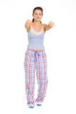 Mujer joven en recorrer de sueño de los pijamas imagenes de archivo