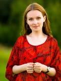 Mujer joven en rojo a la ropa Imagen de archivo libre de regalías