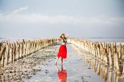 Mujer joven en rojo y sombrero durante vacaciones de verano imagen de archivo libre de regalías