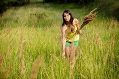 Mujer joven en ropa amarilla que disfruta del wil de la cosecha Fotos de archivo