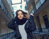 Mujer joven en ropa caliente Imagen de archivo libre de regalías