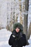 Mujer joven en ropa del invierno Fotos de archivo libres de regalías