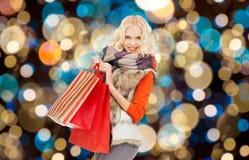 Mujer joven en ropa del invierno con los panieres Foto de archivo libre de regalías