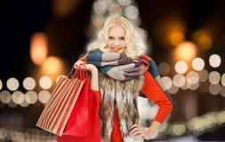 Mujer joven en ropa del invierno con los panieres Fotos de archivo