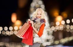 Mujer joven en ropa del invierno con los panieres Imágenes de archivo libres de regalías