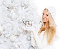 Mujer joven en ropa del invierno. La Navidad. Fotos de archivo libres de regalías