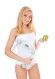 Mujer joven en ropa interior con la escala personal Foto de archivo libre de regalías