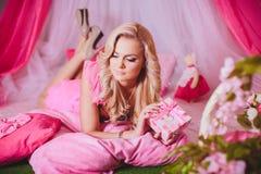 Mujer joven en ropa rosada de la moda Imagenes de archivo
