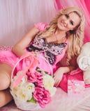 Mujer joven en ropa rosada de la moda Fotografía de archivo