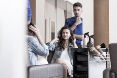 Mujer joven en salón de la peluquería Fotografía de archivo libre de regalías