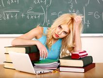 Mujer en sala de clase. Fotografía de archivo