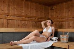 Mujer joven en sauna Foto de archivo libre de regalías