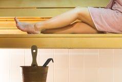 Mujer joven en sauna finlandesa de la ciudad Muchacha que goza del aire caliente y que pasa tiempo relajado Fotografía de archivo libre de regalías