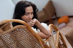 Mujer joven en silla Foto de archivo