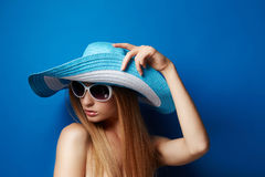 Mujer joven en sombrero Foto de archivo libre de regalías