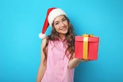 Mujer joven en sombrero con la caja de regalo Imagenes de archivo