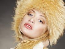 Mujer joven en sombrero de piel Fotos de archivo