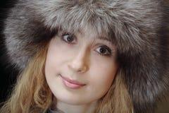 Mujer joven en sombrero de piel Imagenes de archivo