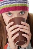 Mujer joven en sombrero del invierno con la taza Fotos de archivo libres de regalías