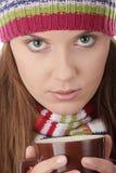 Mujer joven en sombrero del invierno con la taza Imágenes de archivo libres de regalías
