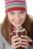 Mujer joven en sombrero del invierno con la taza Imagen de archivo