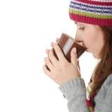 Mujer joven en sombrero del invierno con la taza Imagenes de archivo