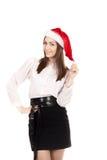 Mujer joven en sombrero del traje de la oficina y de Santa Claus del rojo en los vagos blancos Foto de archivo