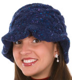 Mujer joven en sombrero hecho punto Fotos de archivo