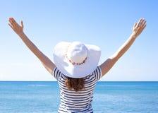 Mujer joven en sombrero que disfruta de verano al aire libre Foto de archivo libre de regalías