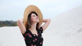 Mujer joven en sombrero en una playa almacen de video