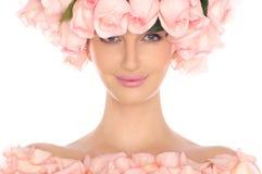 Mujer joven en sombrero y la alineada de rosas rosadas imágenes de archivo libres de regalías