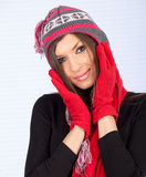 Mujer joven en sombrero y manoplas del invierno Foto de archivo